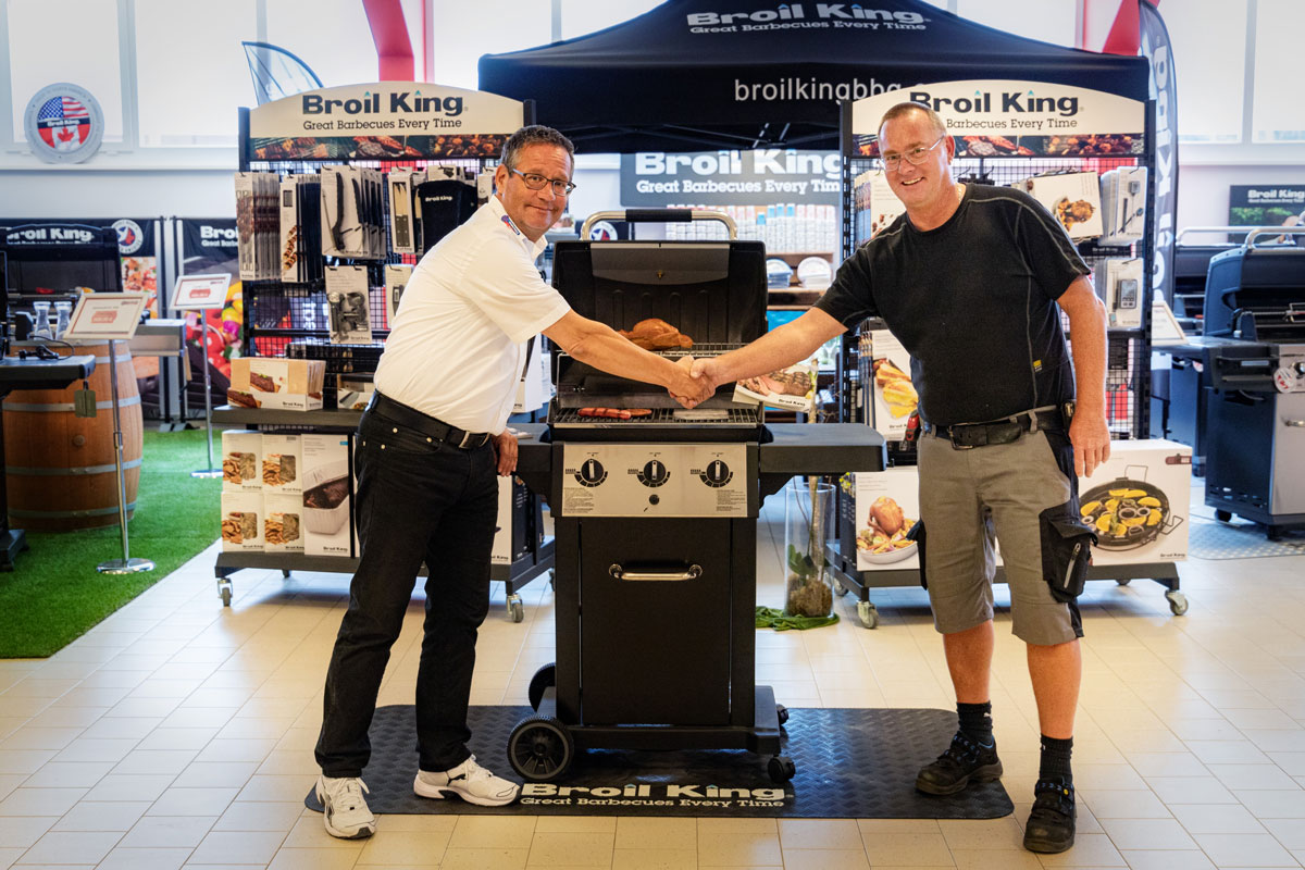 Barbecue-Fan freut sich über Luxus-Grill