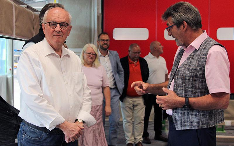 Volker Kauder mit Otmar Knoll bei Whirlcare Industries.