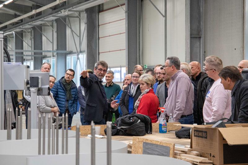 Otmar Knoll führt die TOPRAS-Partner durch die Whirlcare-Produktion.