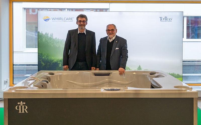 Whirlcare-Direktor Otmar Knoll und TOPRAS-Chef Johannes Gunst mit einem der exklusiven TOPRAS-Whirlpools.